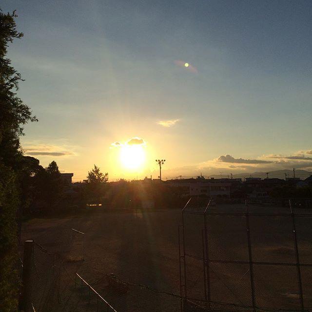 徳島県ってすげー夕陽が近いしデカイ。なんで。石垣島で見たら小さかったぜ