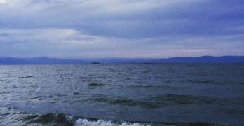 徳島県に移住しました – 琵琶湖、波があるんやね。湖西線のローカル車窓からこの地形を