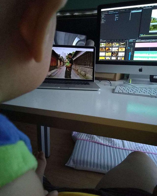 子供参入して動画編集するシーン